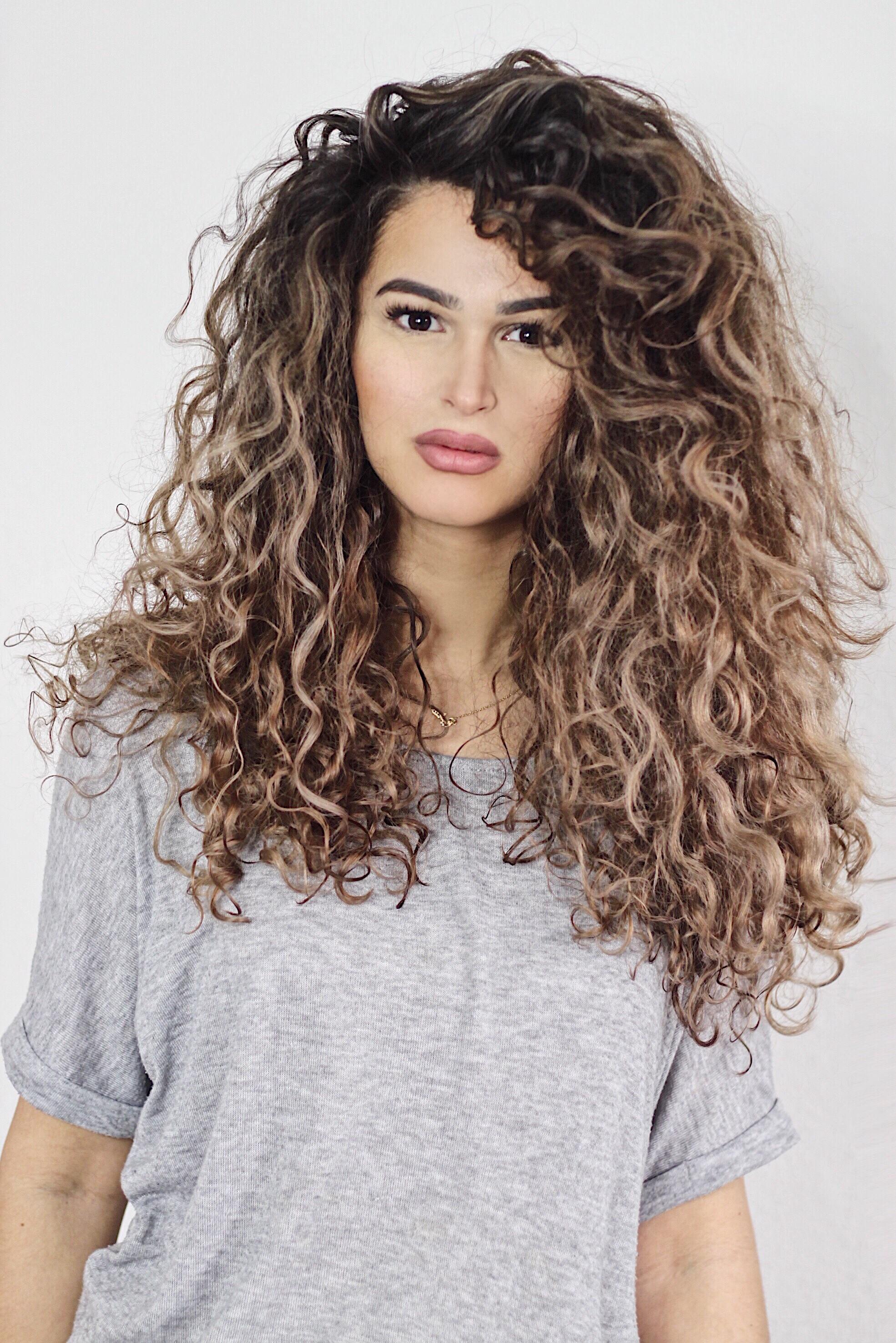 Stufenschnitt Lange Haare Naturlocken Haarschnitte Beliebt In Europa